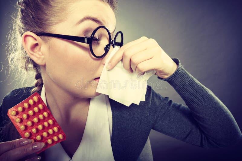Mulher de negócios que tem o grippe da gripe foto de stock royalty free