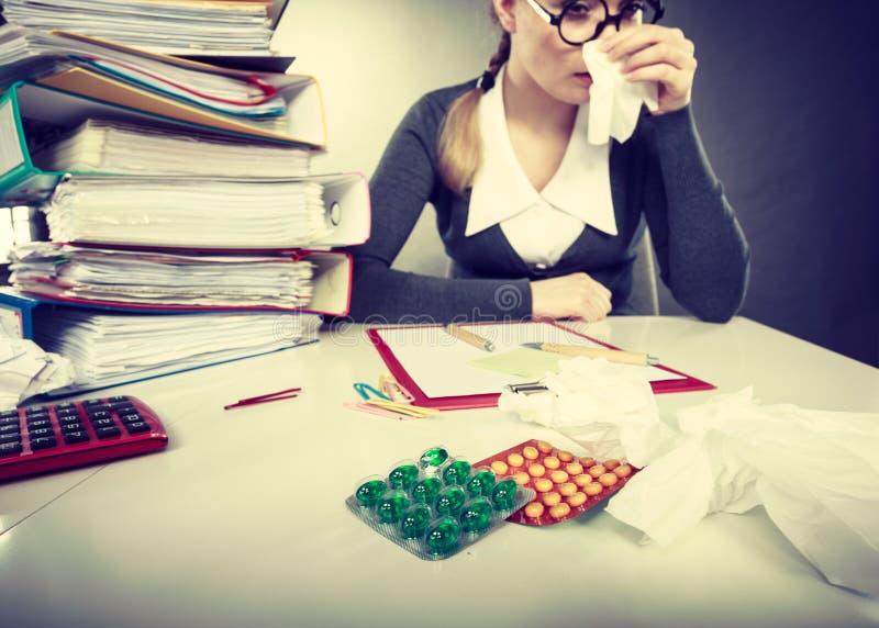Mulher de negócios que tem o grippe da gripe fotografia de stock royalty free