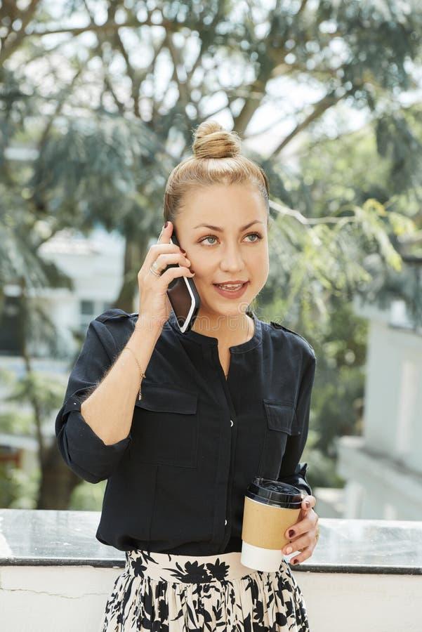 Mulher de negócios que tem o telefonema fotografia de stock