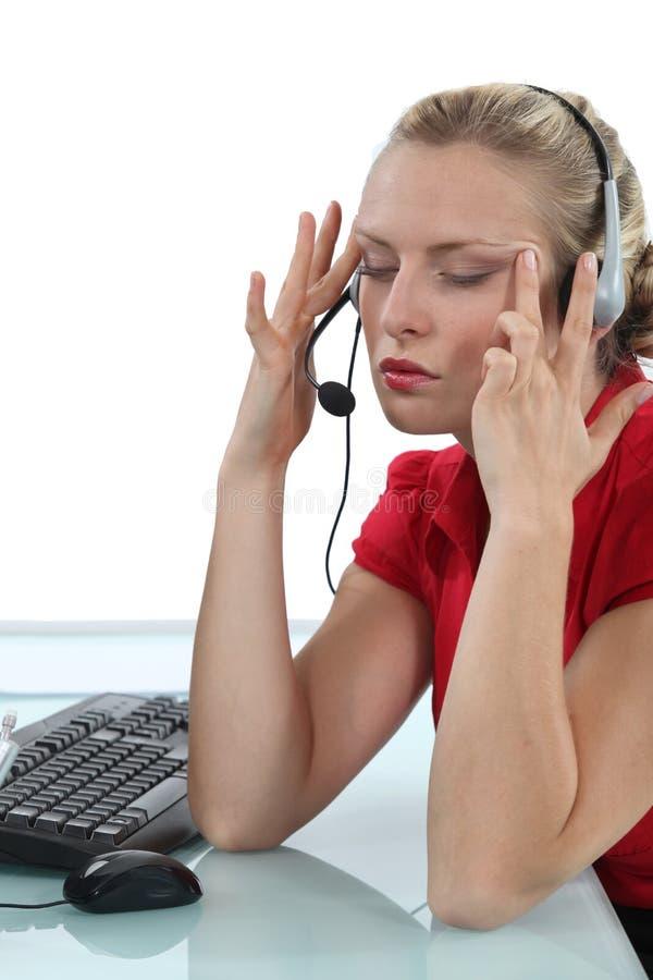 Mulher de negócios que tem uma dor de cabeça fotografia de stock