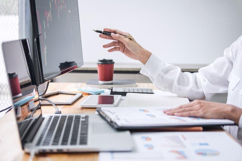 Mulher de negócios que trabalha com computador, portátil, pensando e analisando a troca do mercado de valores de ação do gráfico  foto de stock