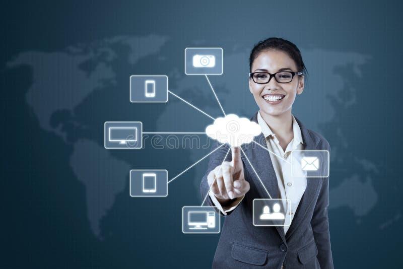 Mulher de negócios que trabalha com diagrama de computação da nuvem fotografia de stock