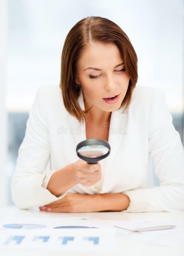 Mulher de negócios que trabalha com gráficos no escritório fotos de stock