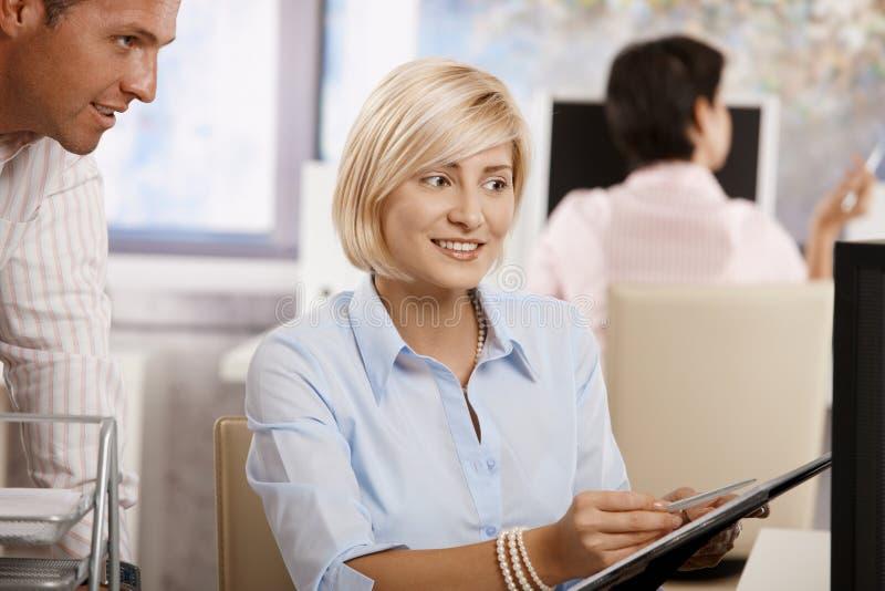 Download Mulher De Negócios Que Trabalha No Escritório Imagem de Stock - Imagem de horizontal, cooperação: 29845725