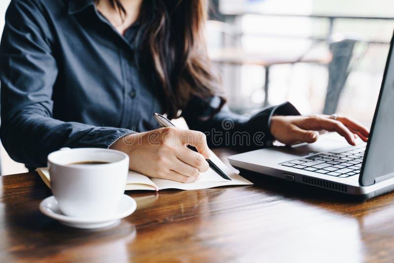 Mulher de negócios que trabalha na cafetaria com laptop An?lise financeira do neg?cio e conceito da estrat?gia foto de stock