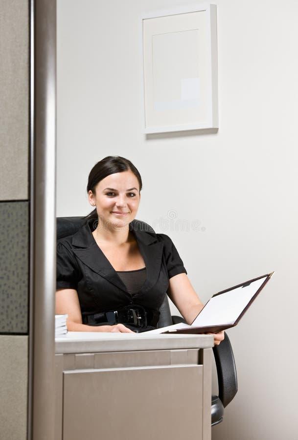 Mulher de negócios que trabalha na mesa fotos de stock