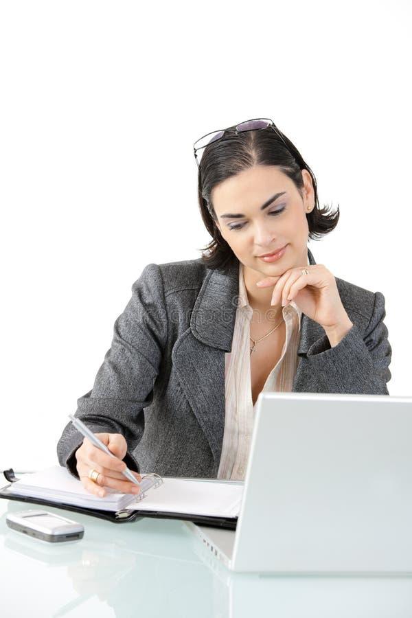 Mulher de negócios que trabalha na mesa fotografia de stock royalty free