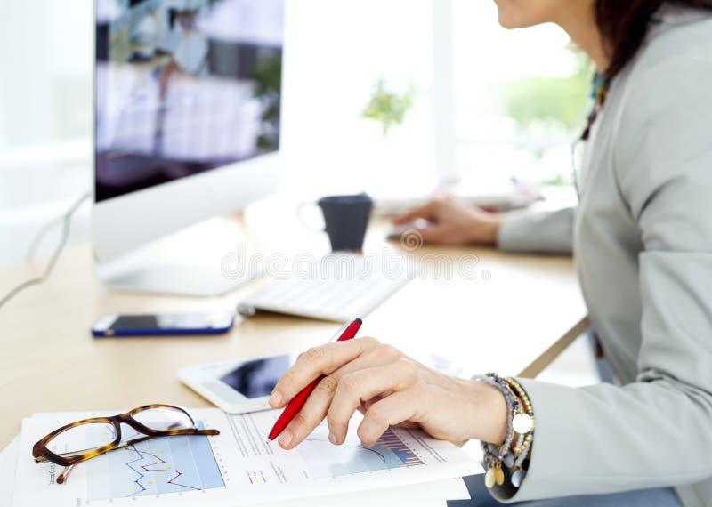Mulher de negócios que trabalha no computador imagens de stock royalty free