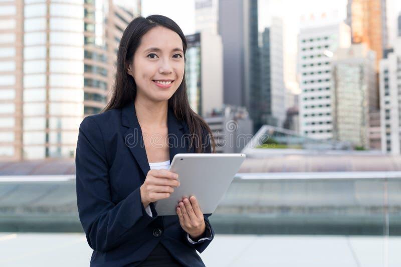 Mulher de negócios que trabalha no computador da tabuleta fotografia de stock