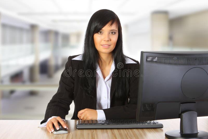 Mulher de negócios que trabalha no escritório foto de stock