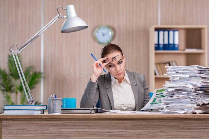 A mulher de negócios que trabalha no escritório fotos de stock