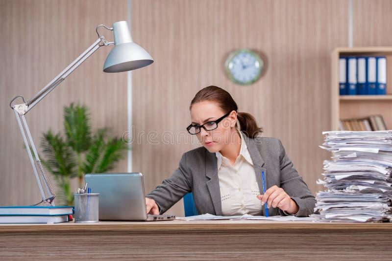 A mulher de negócios que trabalha no escritório imagens de stock royalty free