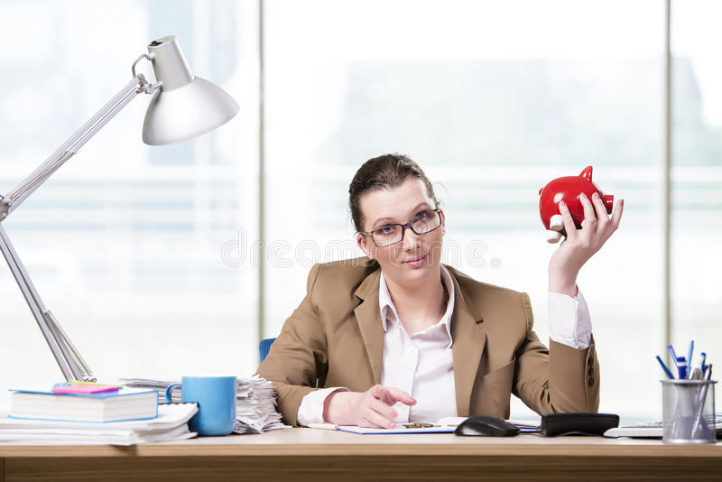 A mulher de negócios que trabalha no escritório fotos de stock royalty free