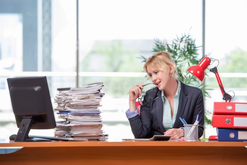 A mulher de negócios que trabalha no escritório foto de stock royalty free