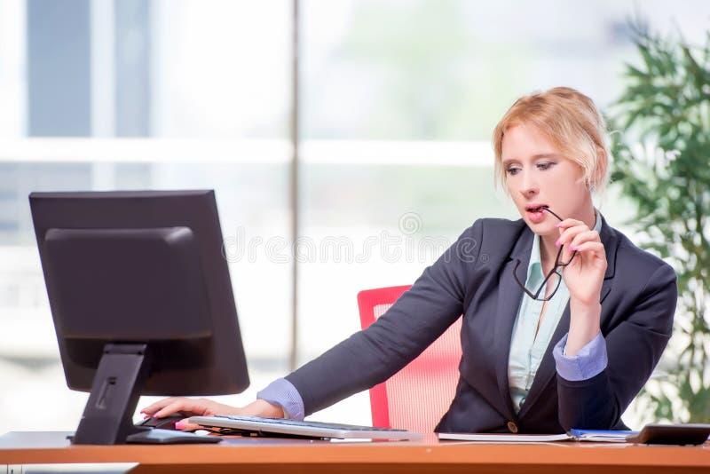 A mulher de negócios que trabalha no escritório foto de stock