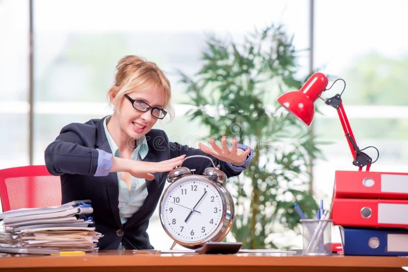 A mulher de negócios que trabalha no escritório fotografia de stock