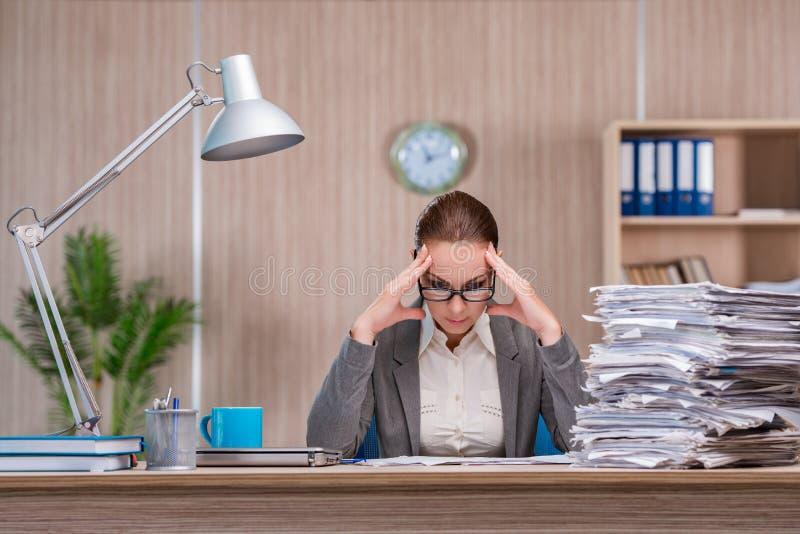 A mulher de negócios que trabalha no escritório imagem de stock royalty free