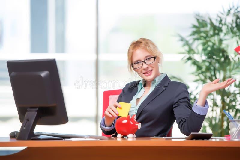 A mulher de negócios que trabalha no escritório imagens de stock