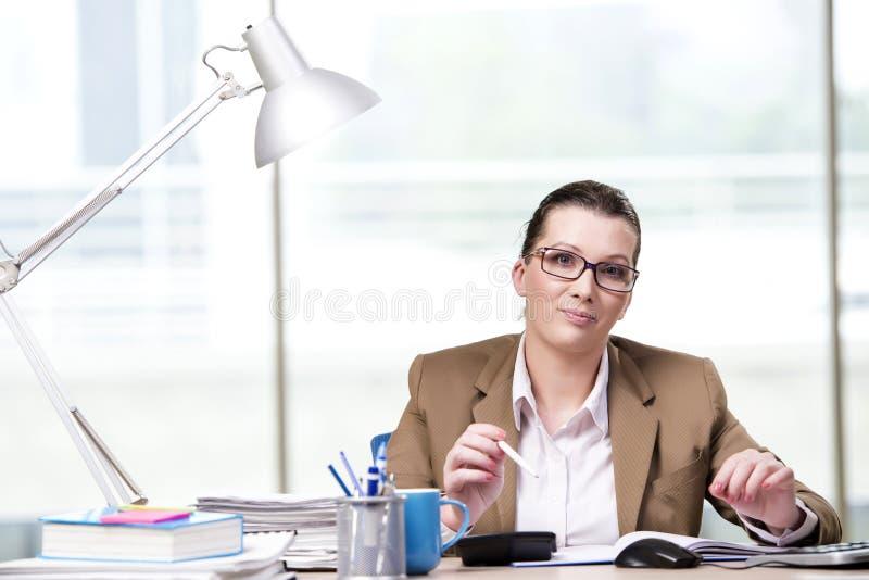 A mulher de negócios que trabalha no escritório fotografia de stock royalty free