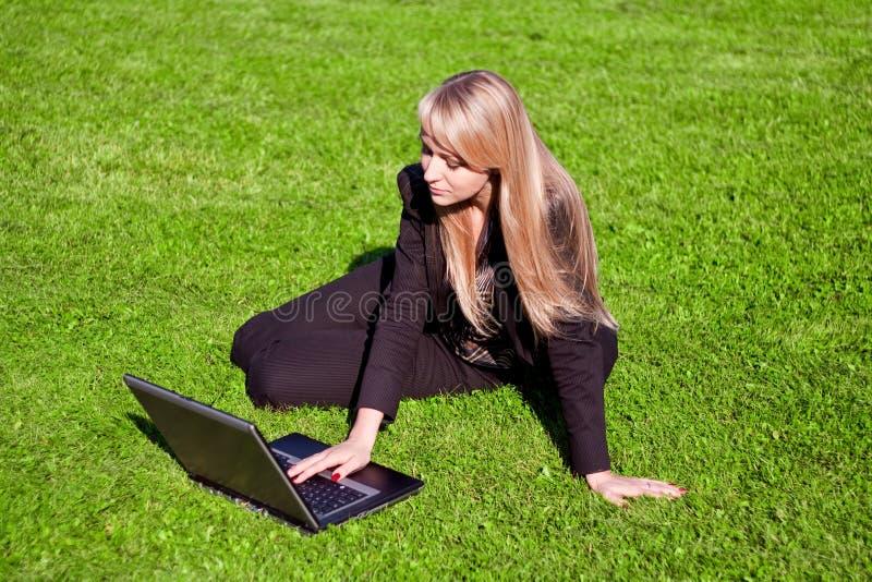 Mulher de negócios que trabalha no portátil fotografia de stock royalty free