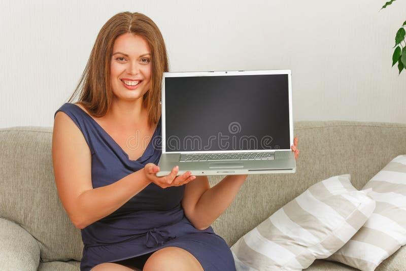 Mulher de negócios que trabalha no portátil em casa imagens de stock royalty free