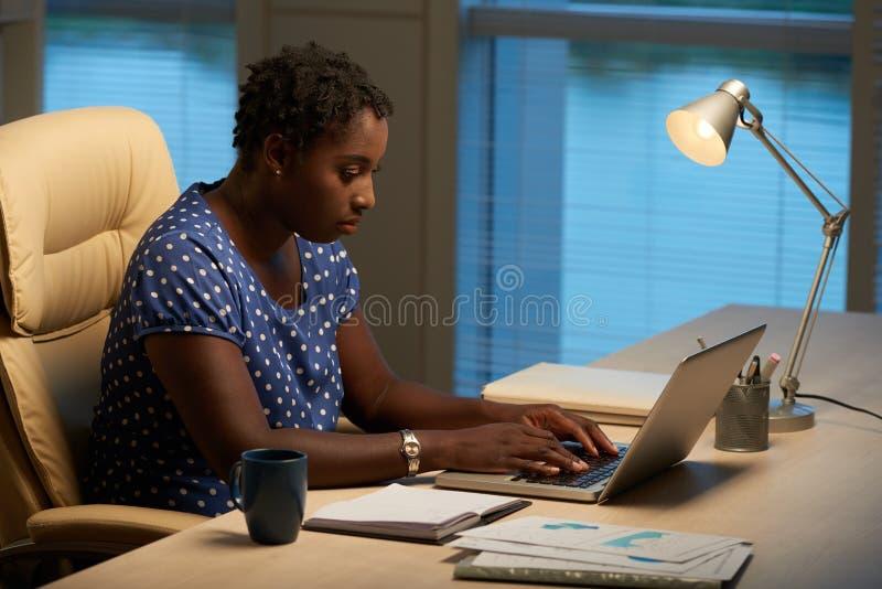 Mulher de negócios que trabalha no portátil imagem de stock