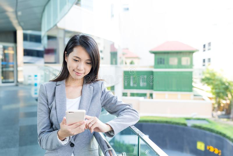 Mulher de negócios que trabalha no telefone celular imagens de stock