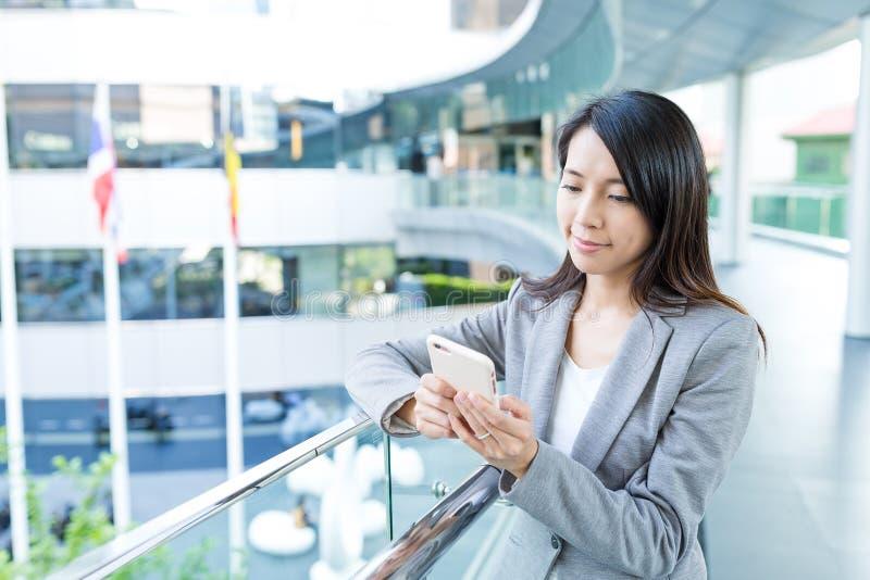 Mulher de negócios que trabalha o telefone esperto imagem de stock royalty free