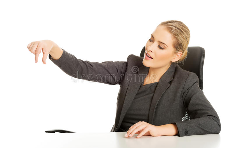 Mulher de negócios que trava algo na mesa imagem de stock