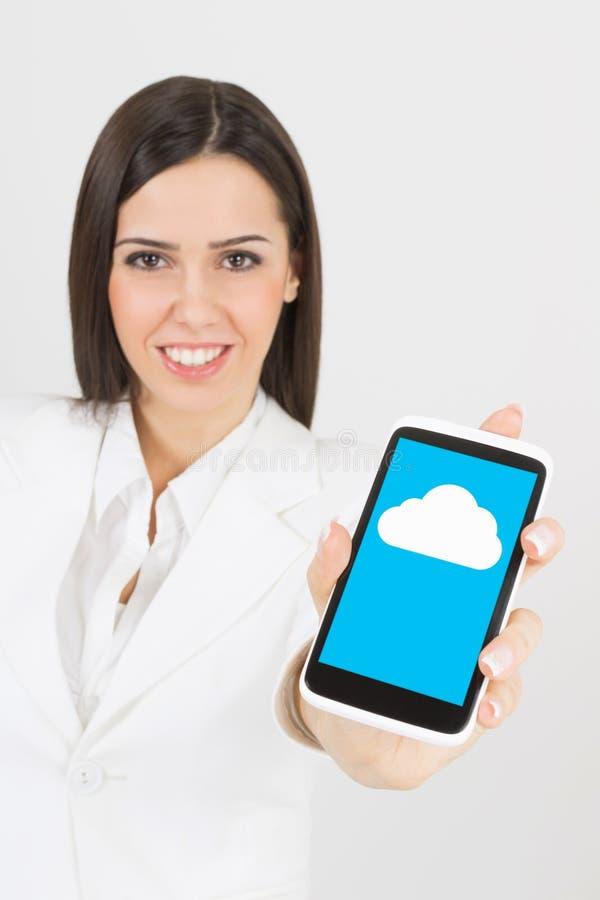 Mulher de negócios que usa a nuvem no telefone esperto foto de stock royalty free