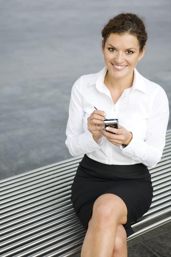 Mulher de negócios que usa o palmtop imagem de stock royalty free
