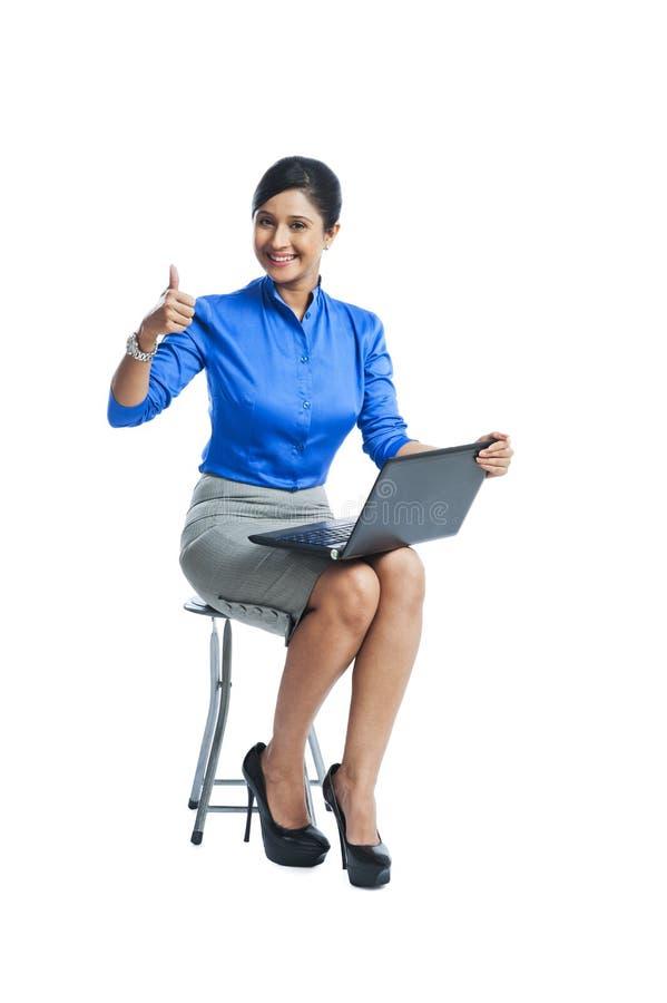 Mulher de negócios que usa o portátil imagens de stock
