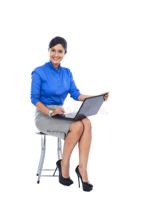 Mulher de negócios que usa o portátil foto de stock