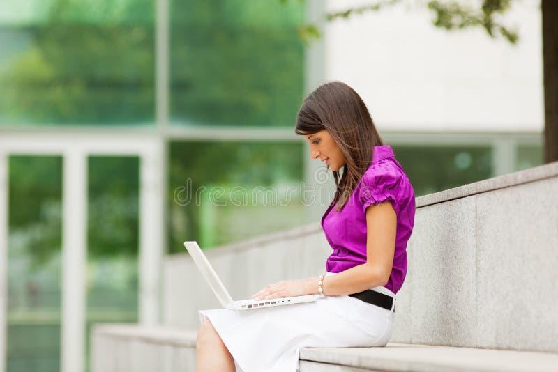 Mulher de negócios que usa o portátil ao ar livre fotos de stock royalty free