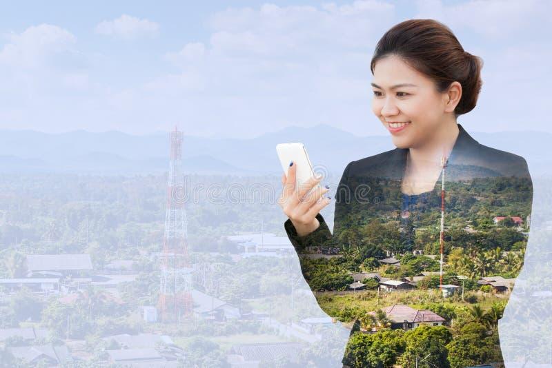 Mulher de negócios que usa o telefone com a antena de uma comunicação imagens de stock royalty free