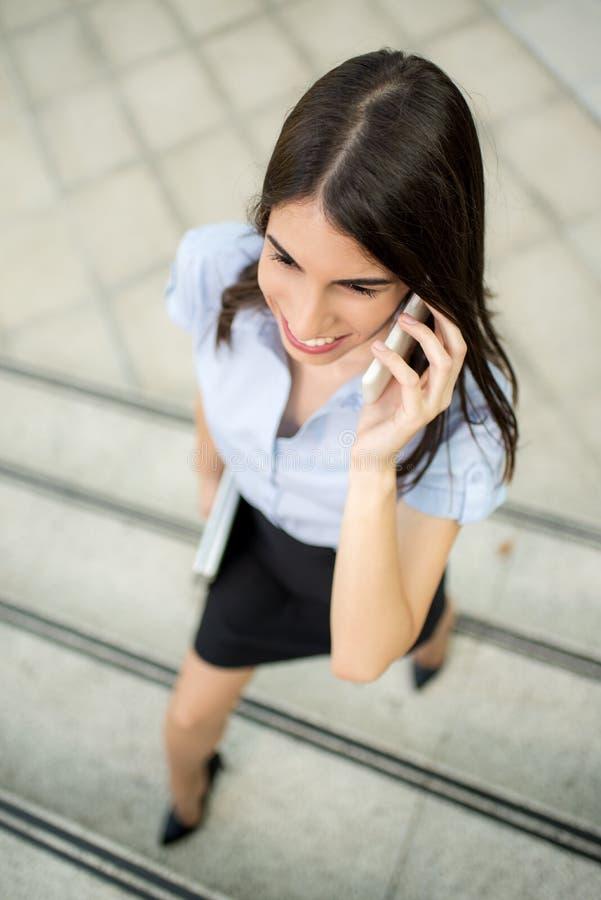 Mulher de negócios que usa o telemóvel fotos de stock royalty free