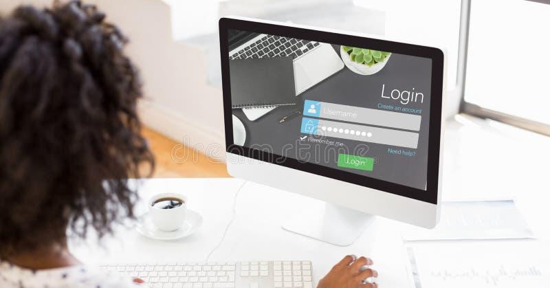 Mulher de negócios que usa a página do início de uma sessão no computador imagem de stock