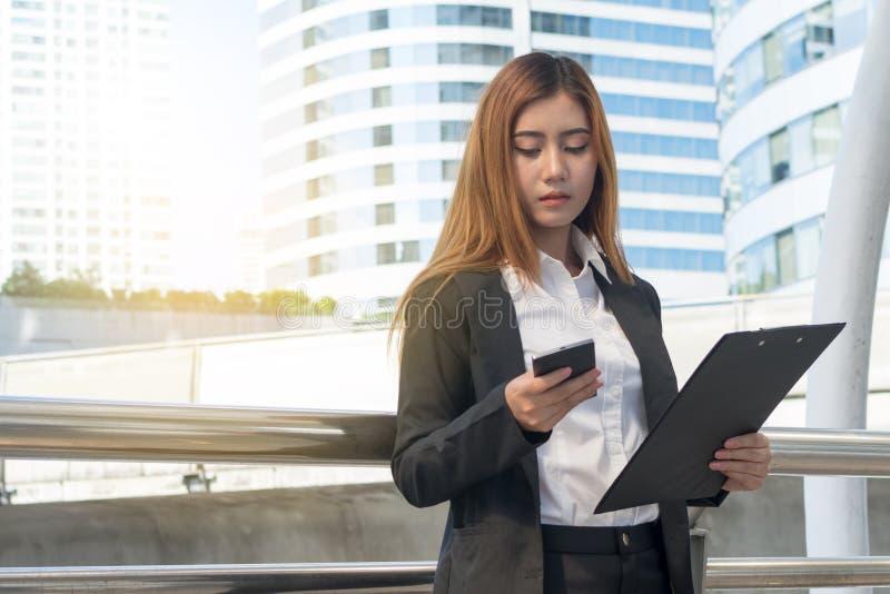 Mulher de negócios que usa seu smartphone imagens de stock royalty free