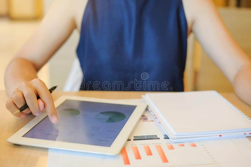 Mulher de negócios que usa a tabuleta para o plano maketing da análise imagem de stock royalty free