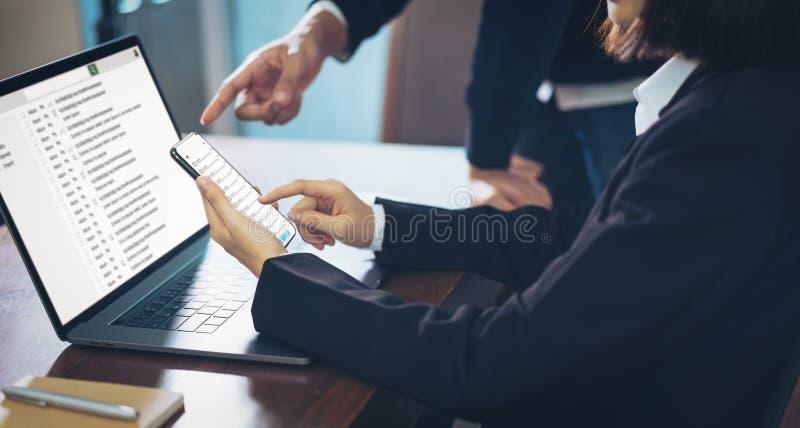 Mulher de negócios que usa uma comunicação da conexão da tela do e-mail da leitura do portátil e do smartphone conceito do sistem fotografia de stock