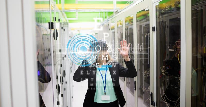 Mulher de negócios que veste vidros de VR com a tela virtual no primeiro plano imagens de stock