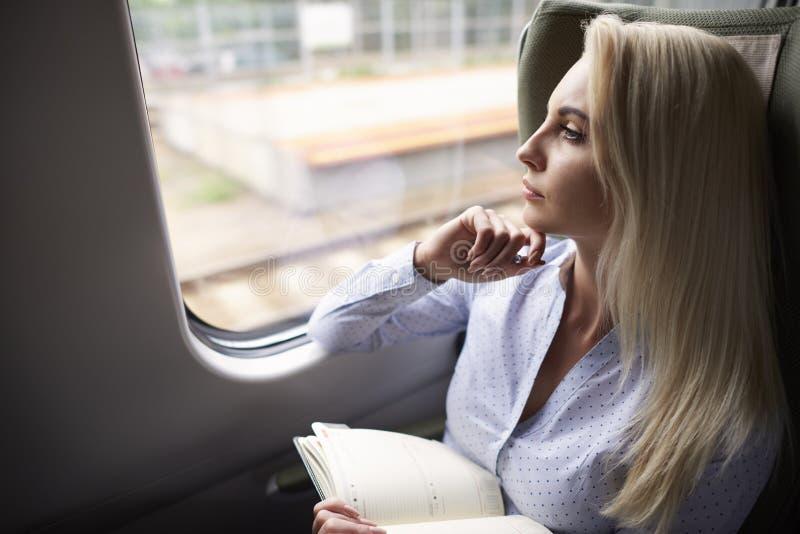 Mulher de negócios que viaja pelo trem imagem de stock royalty free