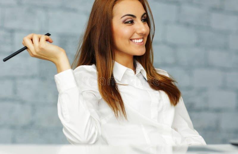 Mulher de negócios relaxado feliz no escritório imagem de stock royalty free