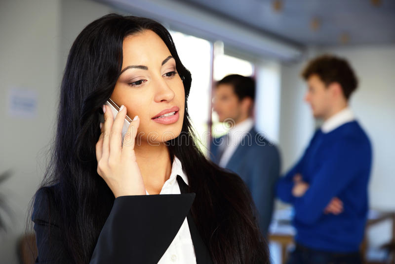 Mulher de negócios séria que fala no telefone imagem de stock royalty free