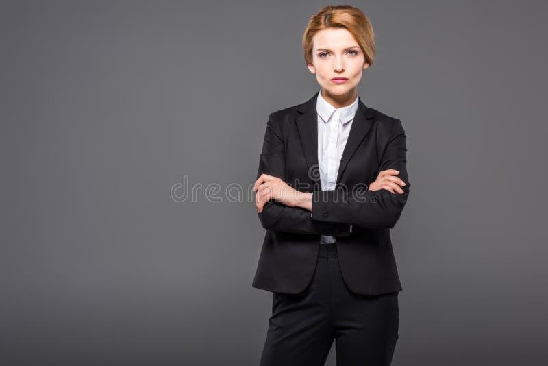 mulher de negócios séria que levanta no terno com braços cruzados, foto de stock royalty free