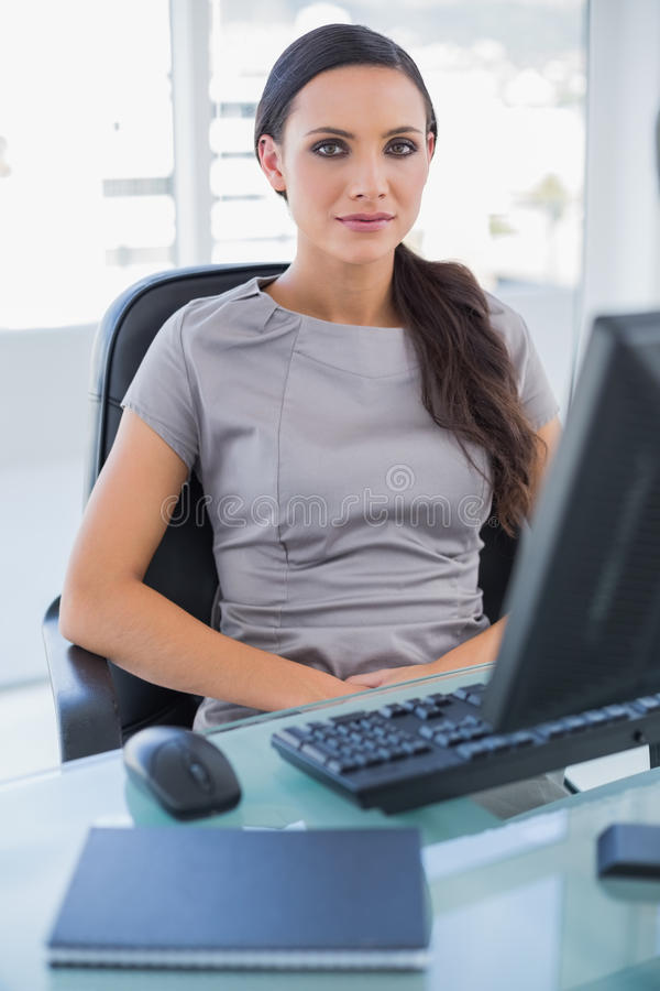 Mulher De Negócios Séria Que Senta-se Em Sua Cadeira De Giro Fotos de Stock