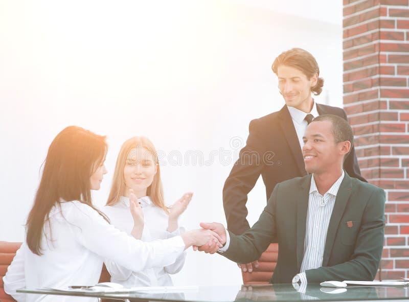 Mulher de negócios, sócios multirraciais que agitam as mãos, negócio de fechamento de selagem com cliente satisfeito imagens de stock