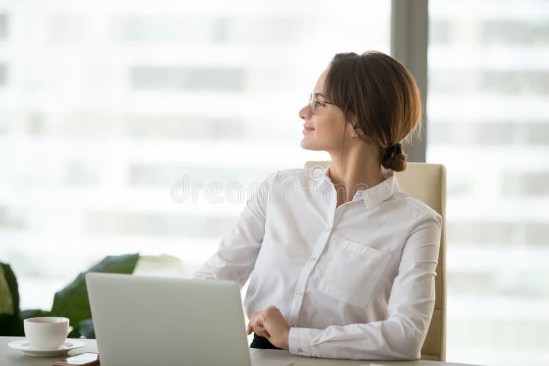 Mulher de negócios satisfeita feliz que aprecia o pensamento do sucesso comercial imagem de stock