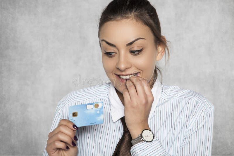 Mulher de negócios satisfeita que guarda um cartão de crédito foto de stock royalty free