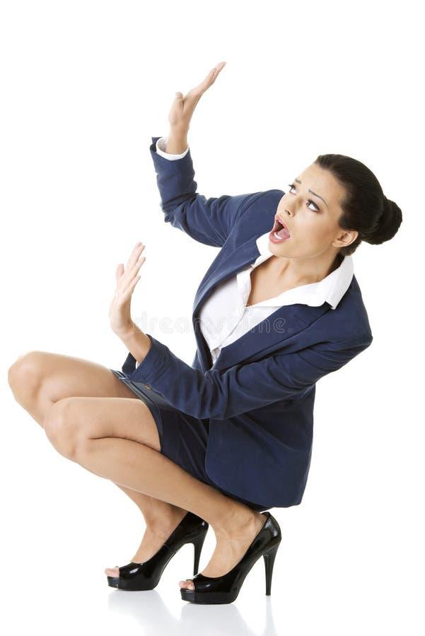 Mulher de negócios Scared que defende-se fotografia de stock